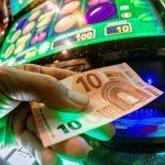 Taruhan olahraga dan mesin slot: Risiko kecanduan bagi para migran - InfoMigrants